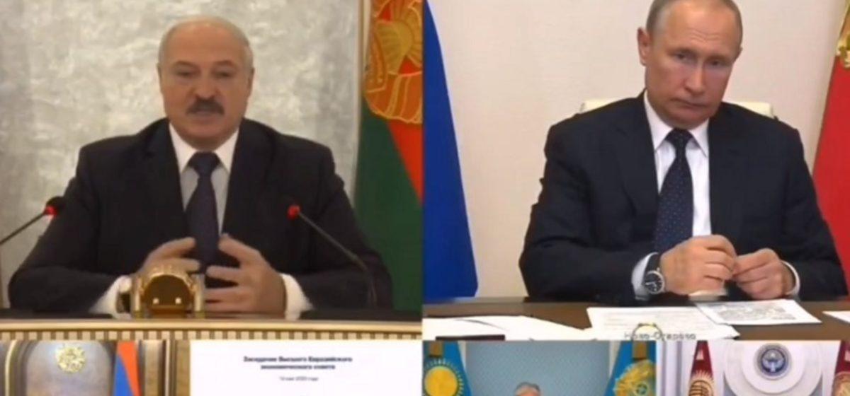 Во время общения с Лукашенко Путин выплеснул эмоции на канцелярской скрепке. Видео