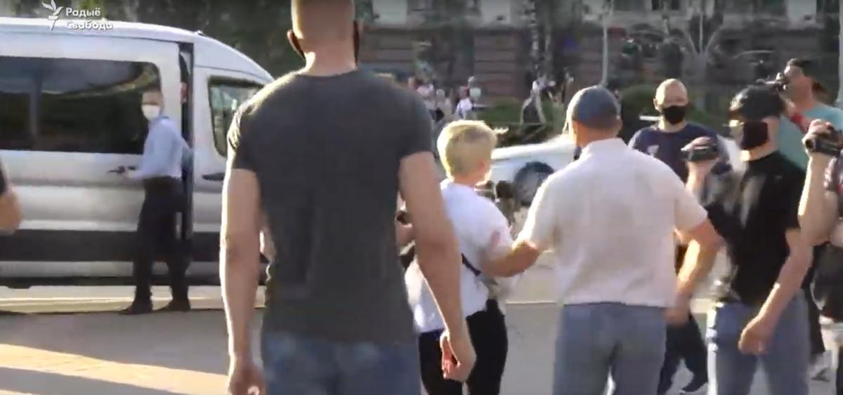 Момент задержания журналистки Александры Дынько.