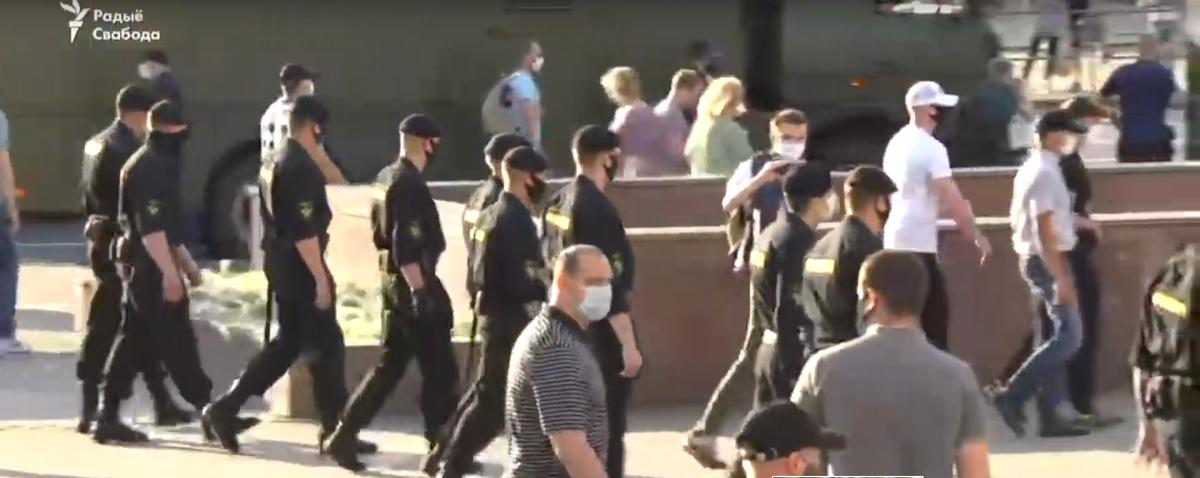 В Минске задерживают участников акции солидарности с задержанными. Живой эфир