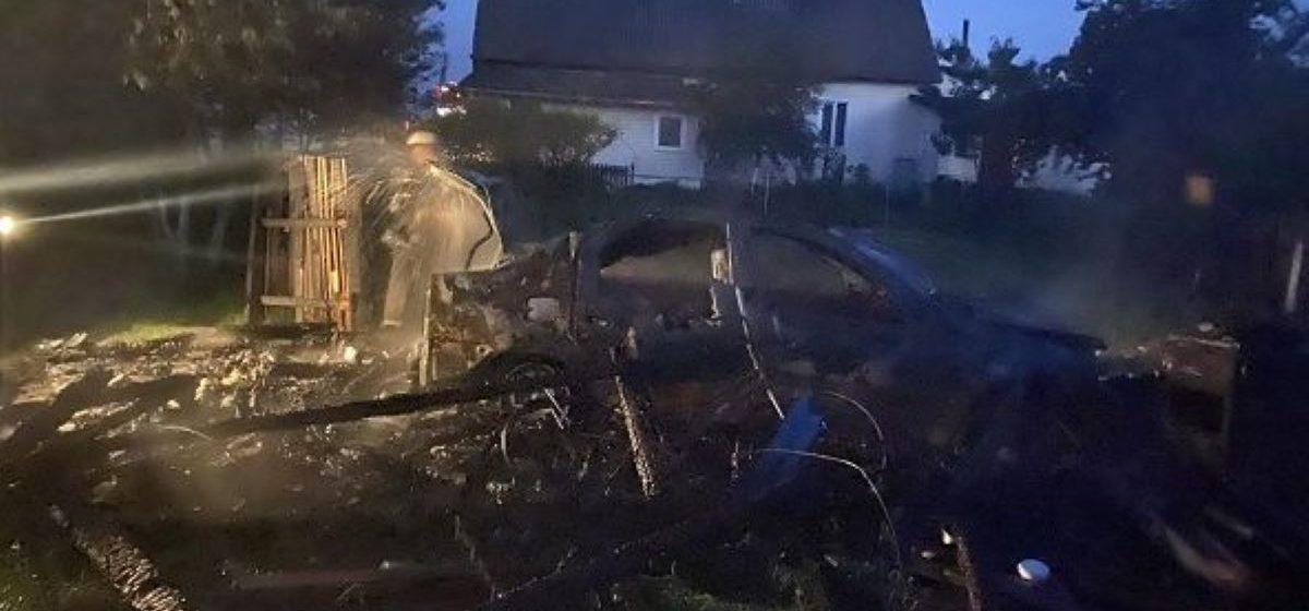 Гараж с автомобилем горели в Ляховичском районе. Фотофакт