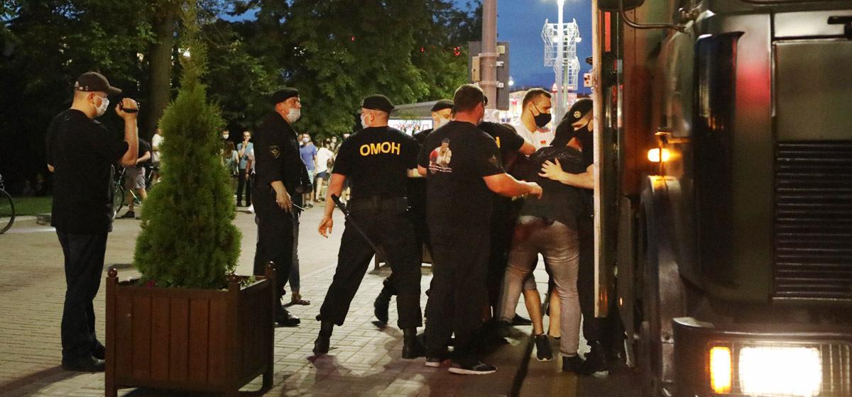 «Тащили в автозак — гематома на теле и ноге». Журналисты поговорили с задержанными в Минске и их близкими
