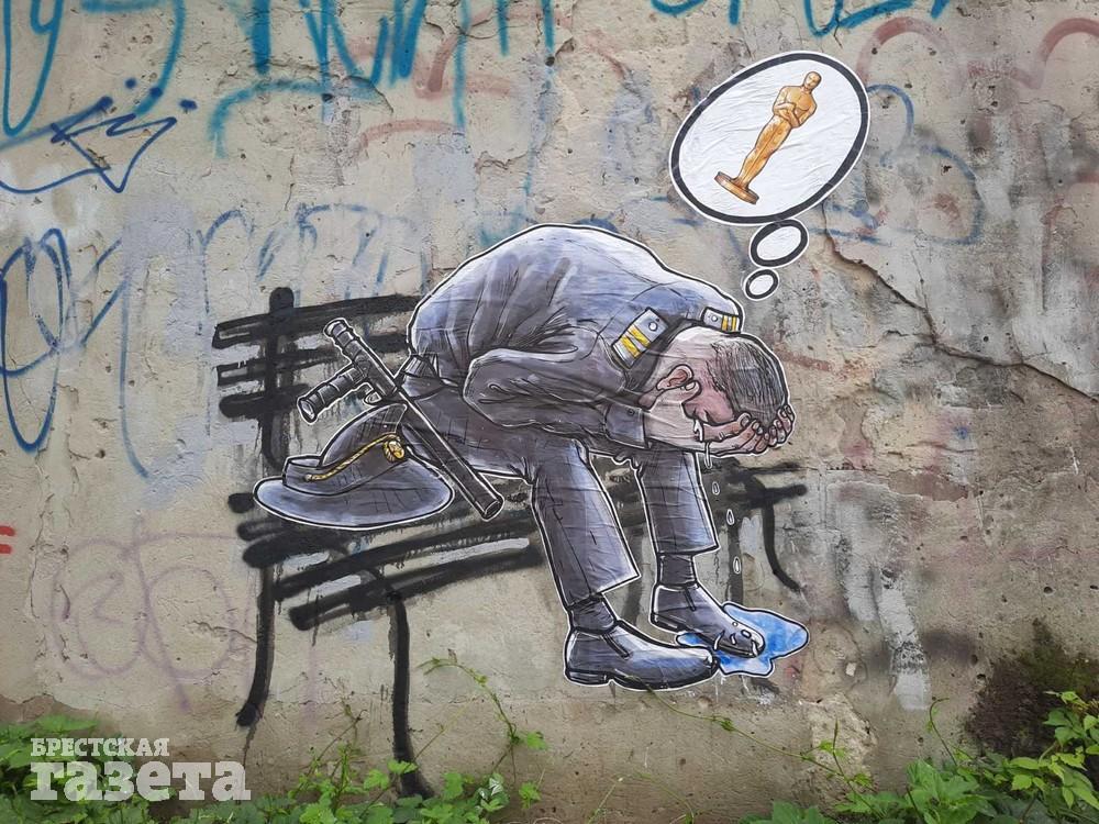 В Бресте появился стрит-арт: милиционер сидит на лавочке, согнувшись от боли, и думает об Оскаре после задержания Тихановского. Фото: Эдуард ОЛИФЕРУК