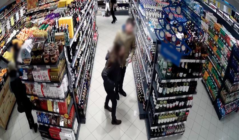 Потерпевшая с мужчиной посещали магазин, что зафиксировано камерами видеонаблюдения. Фото: СК Беларуси