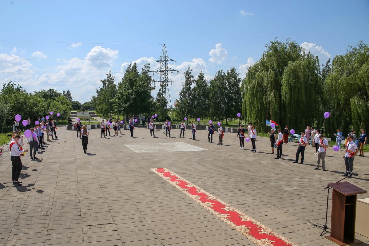 Из-за эпидемической ситуации выпускники соблюдали социальную дистанцию во время вручения аттестатов. Фото: Андрей БОЛКО