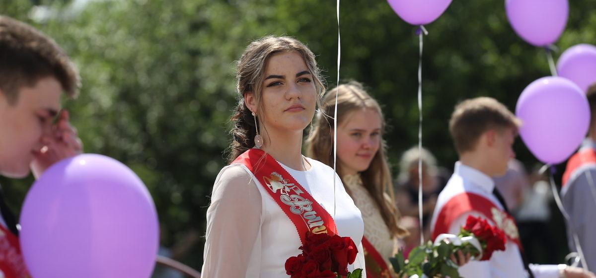 Как вручали аттестаты и награждали медалями выпускников в Барановичах. Фото