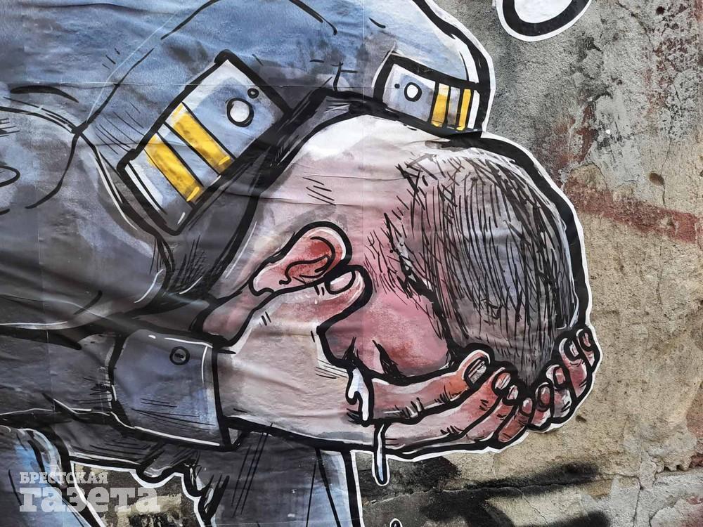 На стене в Бресте милиционер без маски, но со слезами на глазах и с мыслями об Оскаре после задержания Тихановского. Фото: Эдуард ОЛИФЕРУК