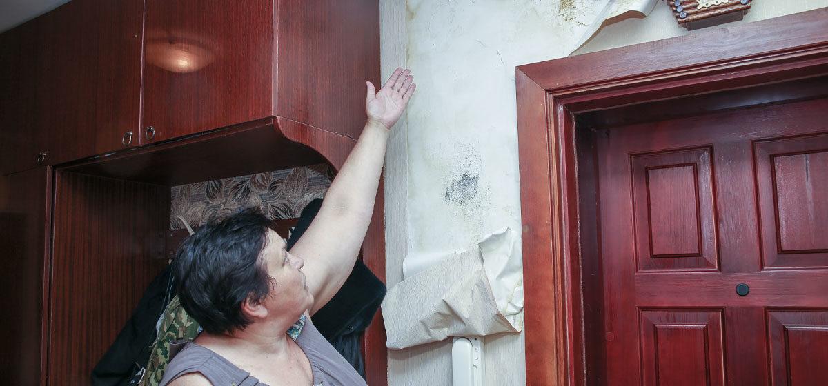 «Я плачу за капремонт. Где он?!» Жительница Барановичей четыре года борется за то, чтобы крыша над ней перестала протекать