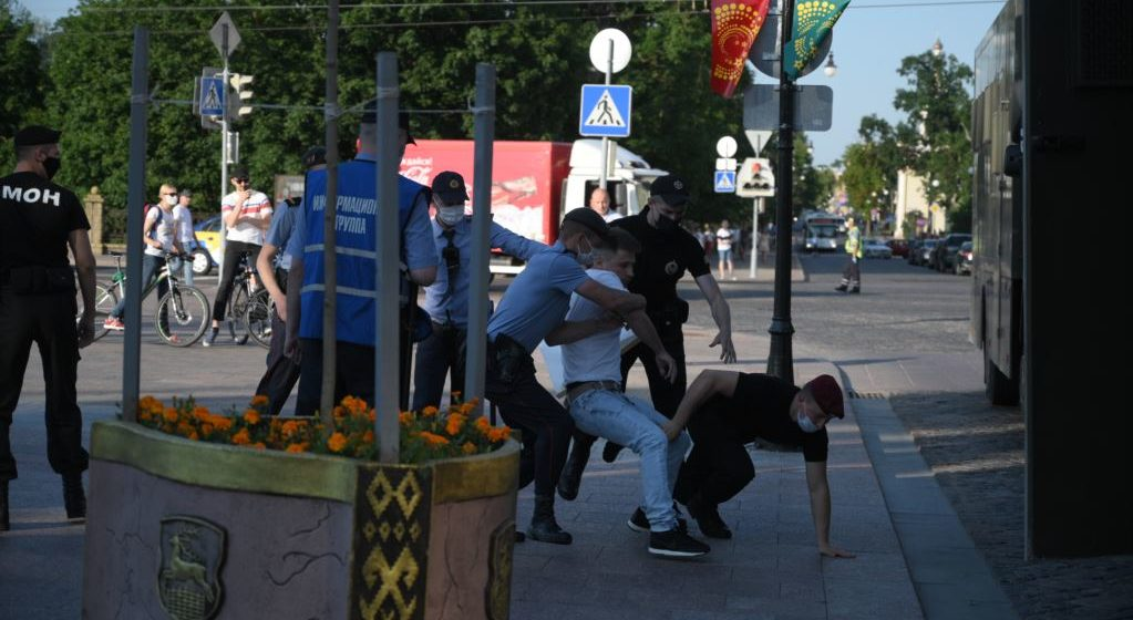 Милиция начала задерживать людей на цепи солидарности в Гродно