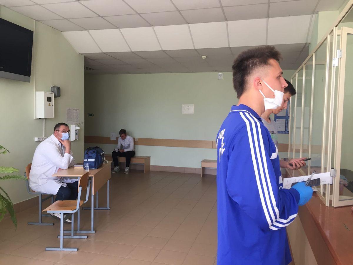 Дежурный врач с санитарной сумкой и аптечкой для оказания первой медицинской помощи абитуриентам. Фото: Диана КОСЯКИНА
