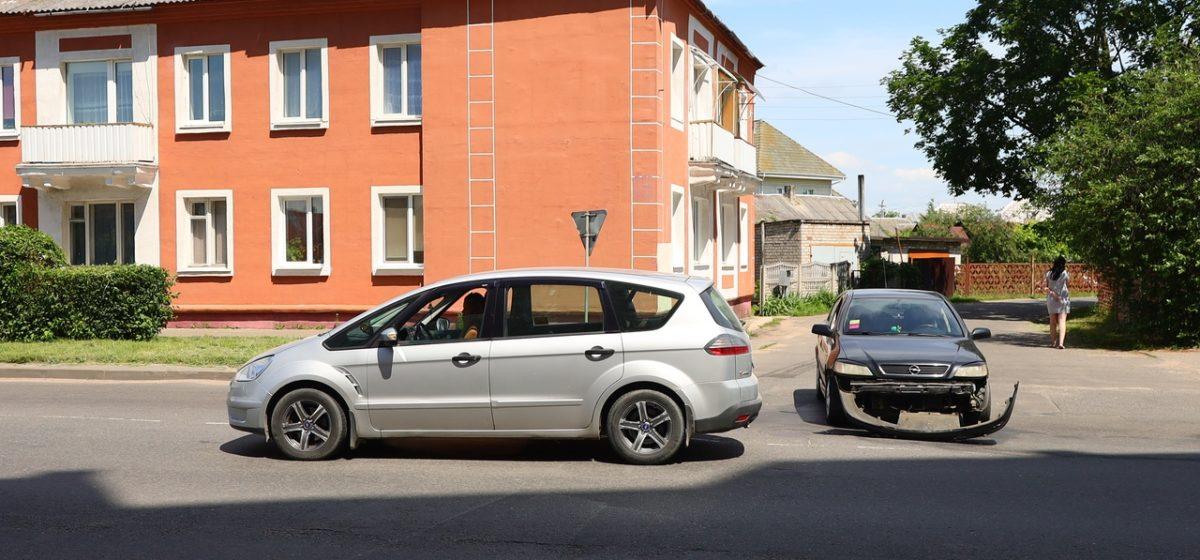 «Опель» и «Форд» столкнулись в Барановичах