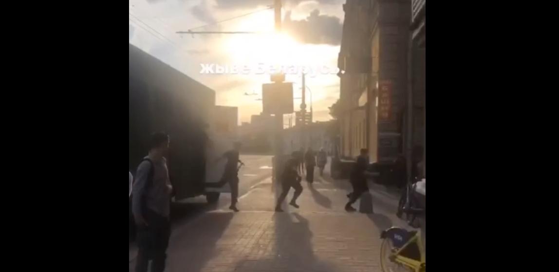 Очередной хапун в Минске. ОМОН жестко задерживал людей, стоящих в очереди в магазин. Видео
