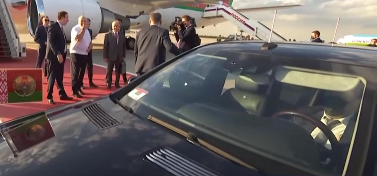 Лукашенко в лимузине возит водитель в маске. Видеофакт