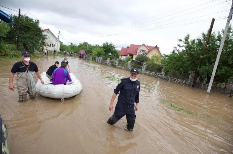 Западная Украина уходит под воду: из-за небывалого паводка разрушены десятки мостов, погибли люди. Фото и видео