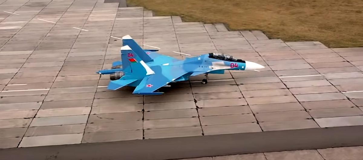 В Барановичах летчики на истребителях Су-30 СМ приступили к решению задач боевого применения. Видео