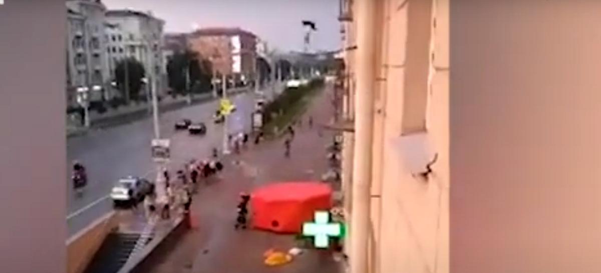 В Минске девушка упала с шестого этажа и осталась жива. Ее спас «куб жизни». Видео
