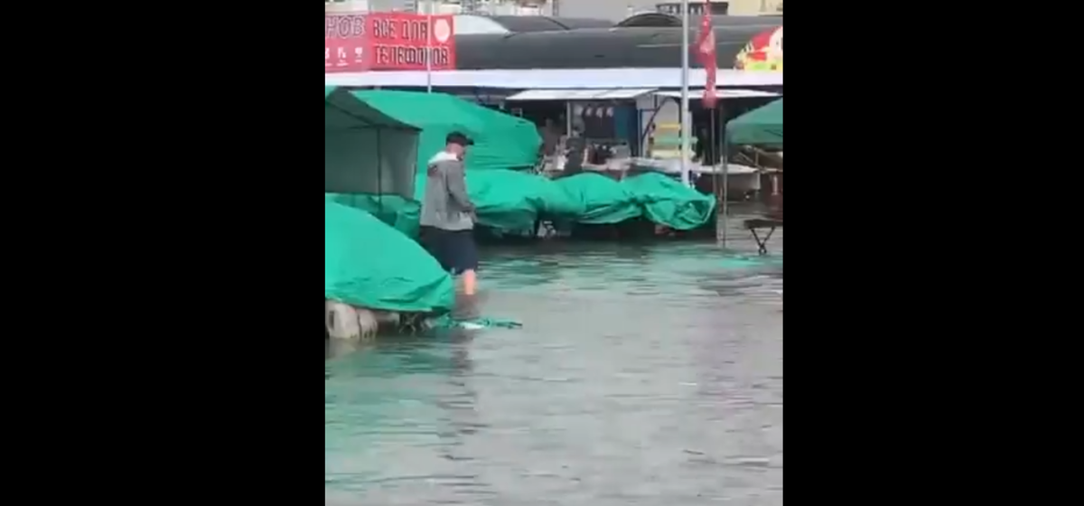 В Минске прошел сильный ливень. Рынок в Ждановичах поплыл. Видео