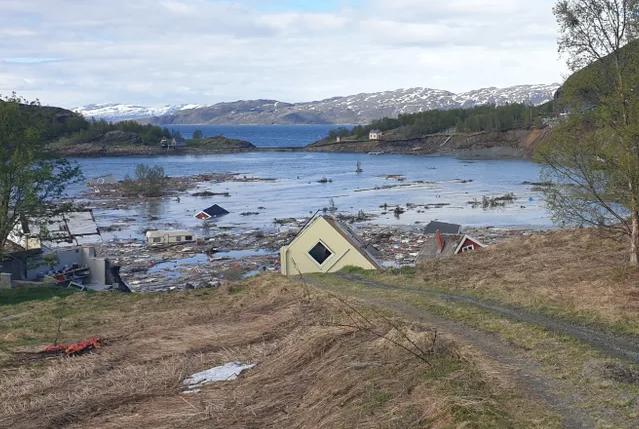 В Норвегии оползень унес в море восемь домов и собаку. Видео