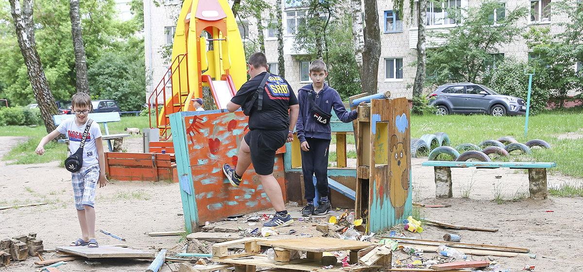«Мы не против детей, но нам нужен покой». Детскую площадку разрушили в Барановичах из-за жалоб пенсионеров на шум