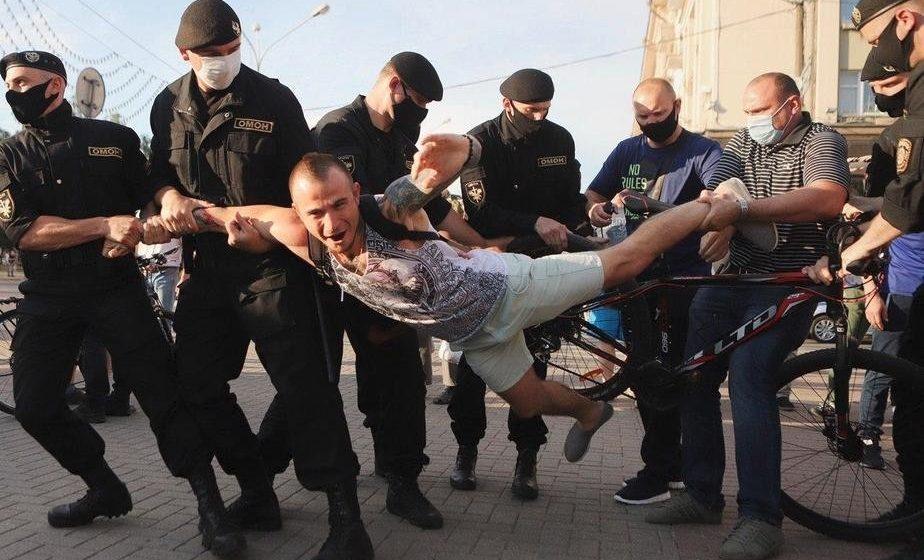 Стало известно, сколько человек и в каких городах милиция задержала за участие в «цепи солидарности»