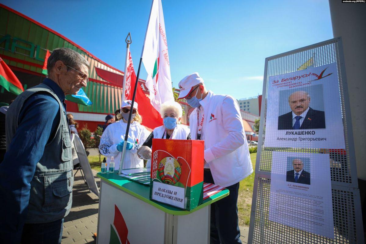 Пикет по сбору подписей за выдвижение Александра Лукашенко. Фото: svaboda.org