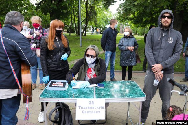 29 мая, Гродно. Дмитрий Фурманов за столом собирает подписи.