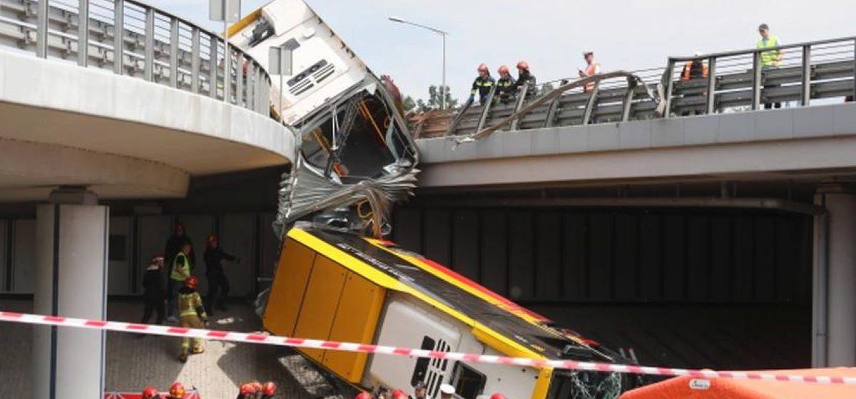 В Варшаве городской автобус протаранил ограждение и вылетел с моста: один человек погиб, 20 ранены. Фото с места аварии