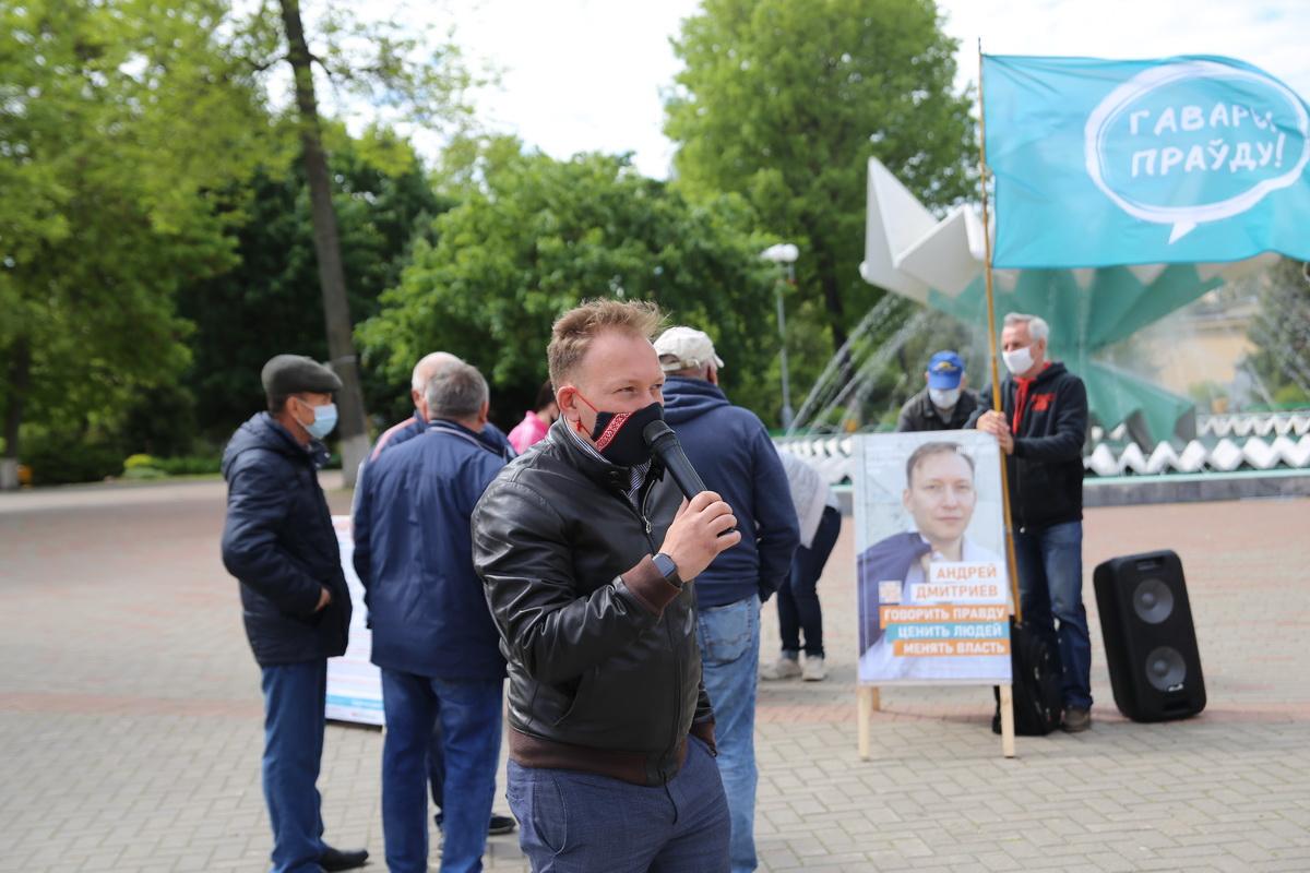 """Андрей Дмитриев, сопредседатель ОО """"Говори правду"""", во время сбора подписей в Барановичах."""