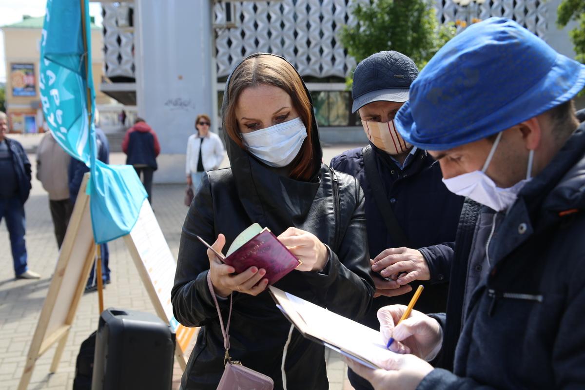 Сбор подписей за выдвижение Виктора Бабарико в Барановичах.
