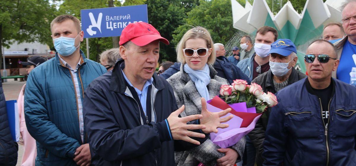 «Можете и за Лукашенко подписаться». Как Цепкало и Дмитриев встретились с жителями Барановичей