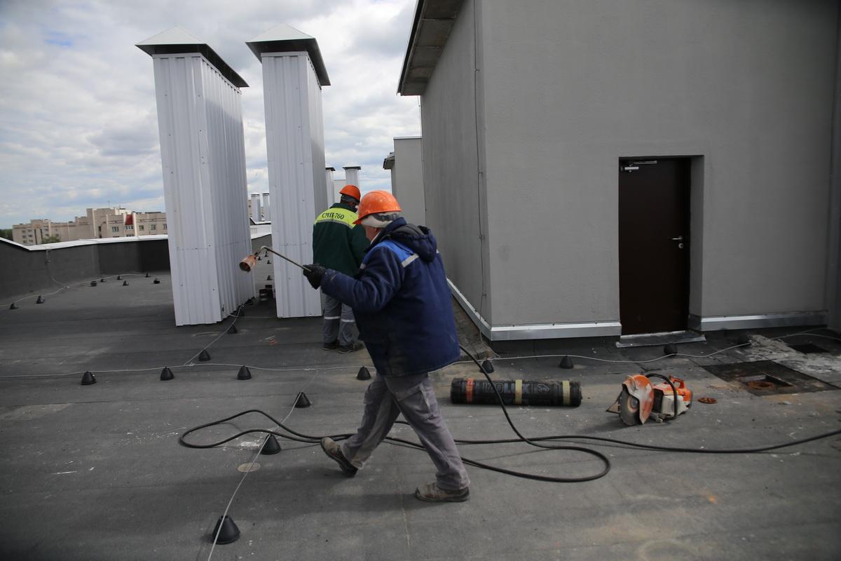 1 июня. После звонка жильцов девятого этажа в ЖЭС    сотрудники  СМП начали выполнять работы по устранению течи крыши.  Фото: Андрей БОЛКО