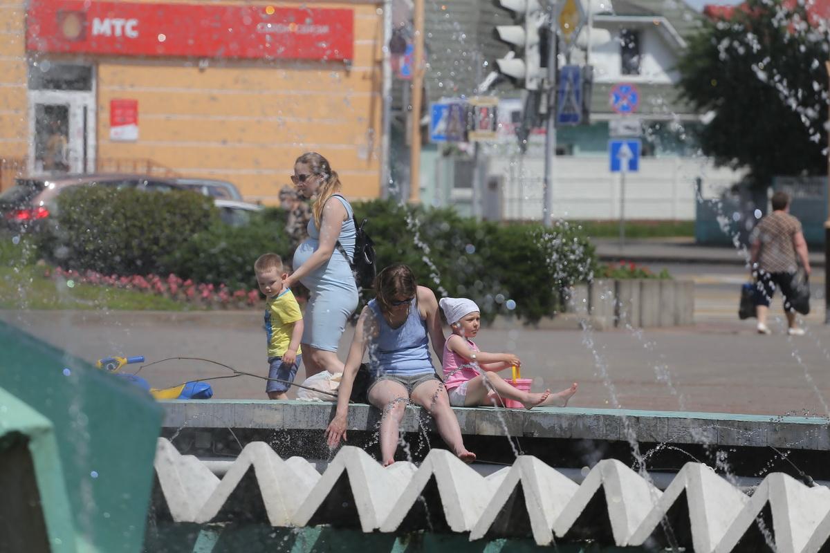 Люди спасаются от жары, стараясь держаться ближе к воде. Фото: Андрей БОЛКО