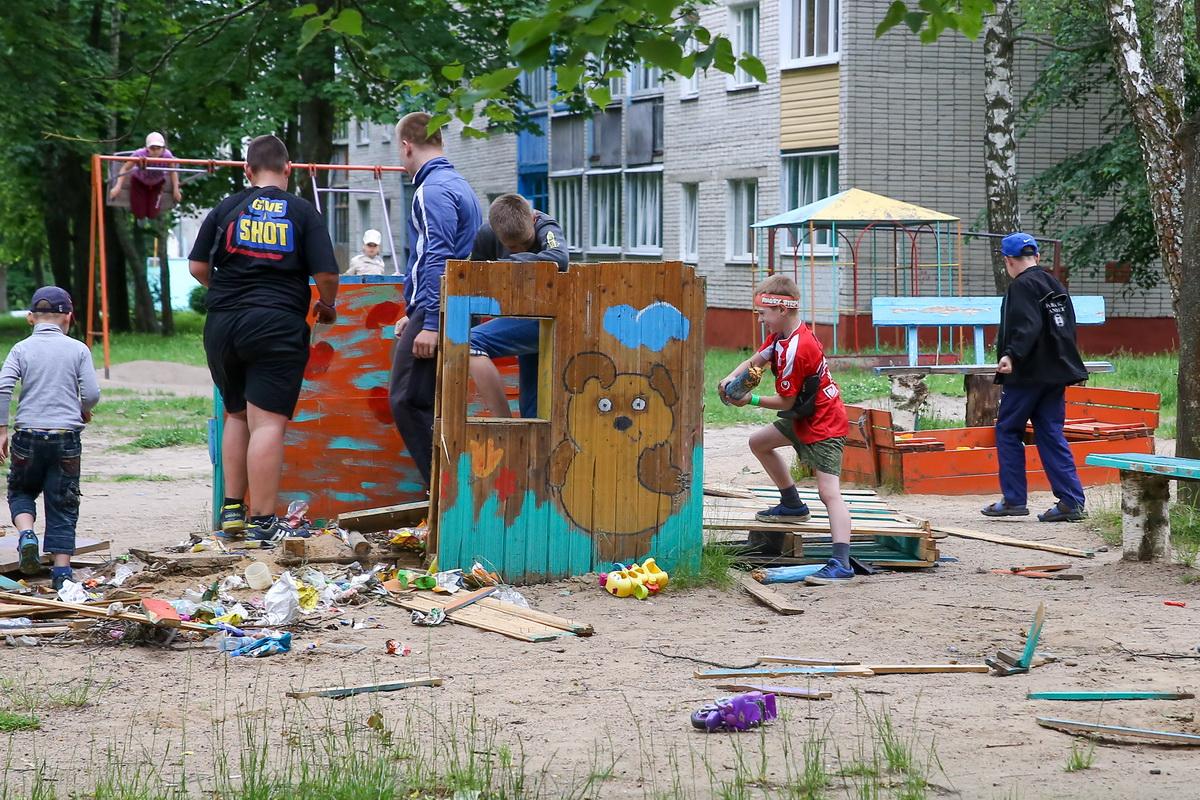 Во  дворе  дома  №11 на  улице  Коммунистической  разрушили  детскую  площадку.  Фото: Андрей БОЛКО
