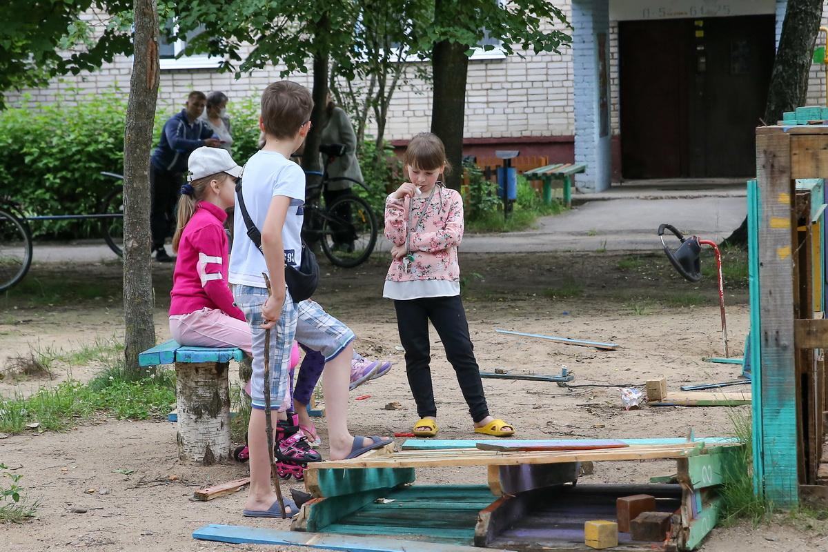 Дети наблюдают за разборкой сказочного домика недалеко от подъезда возмущенных шумом пенсионеров. Фото: Андрей БОЛКО