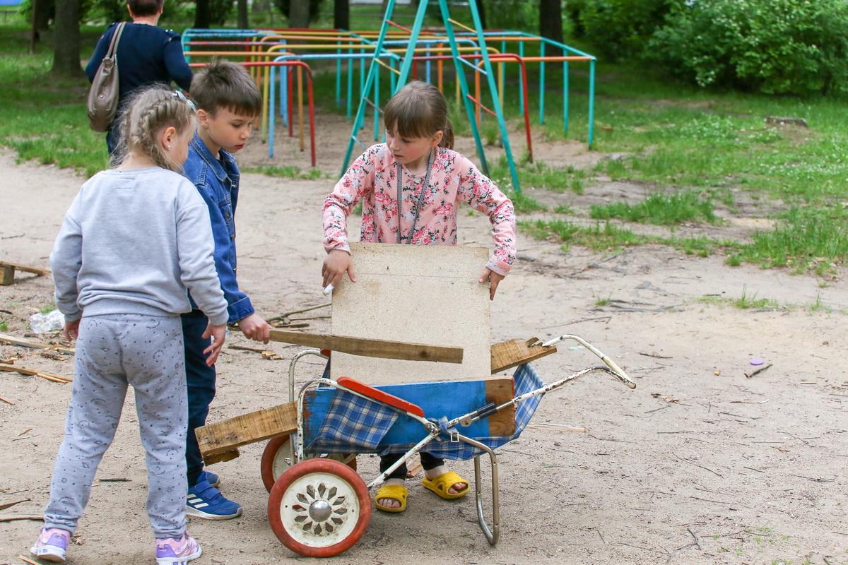 Некоторые из детей решили помочь с переносом деталей бывшего домика в урну. Фото: Андрей БОЛКО