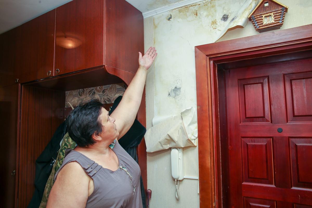 Алла Ткачева дважды за четыре года проводила  ремонт в своей прихожей, но постоянно протекающая крыша делает все старания хозяйки тщетными. Фото: Андрей БОЛКО