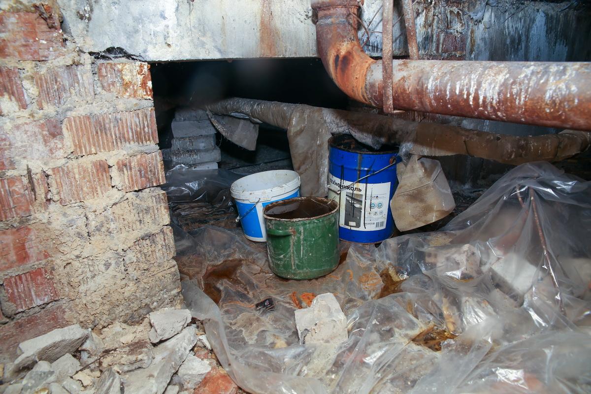 Чтобы вода не лилась в квартиру, Алла Ткачева поставила ведра на техническом этаже. Фото: Андрей БОЛКО
