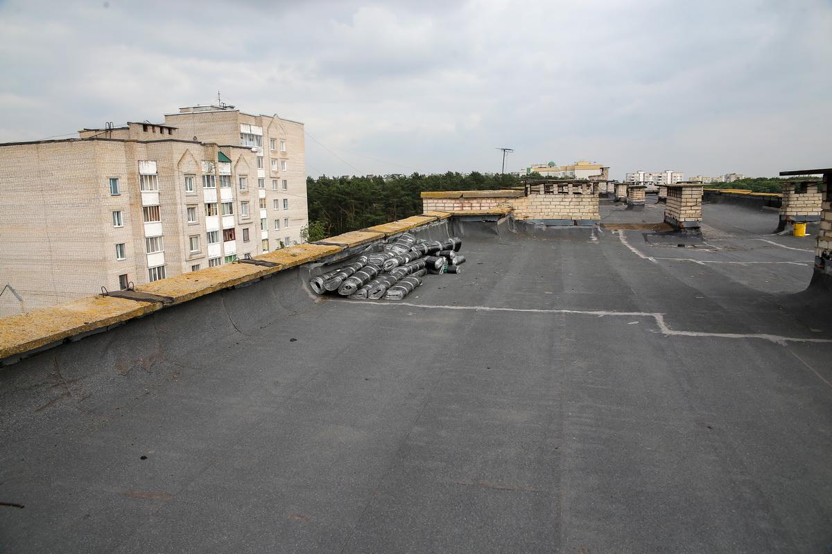 Строительные материалы для текущего ремонта на крыше дома на улице Строителей, 9. Фото: Андрей БОЛКО