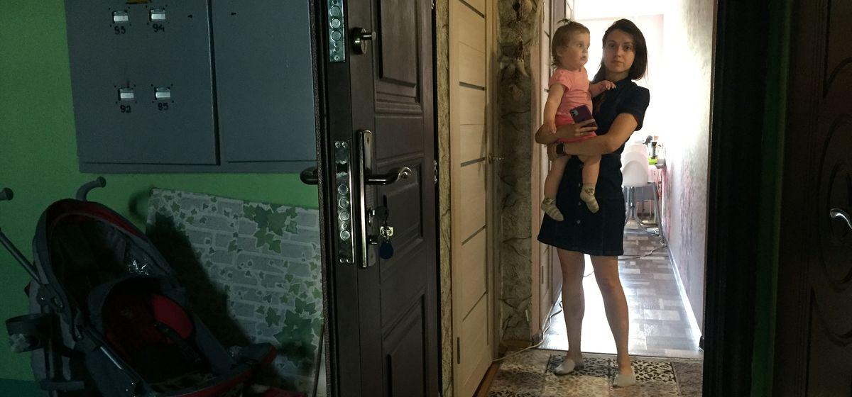 Дарья Лосик со своей дочерью около входа в квартиру, в которой проводился обыск. Фото: Диана КОСЯКИНА