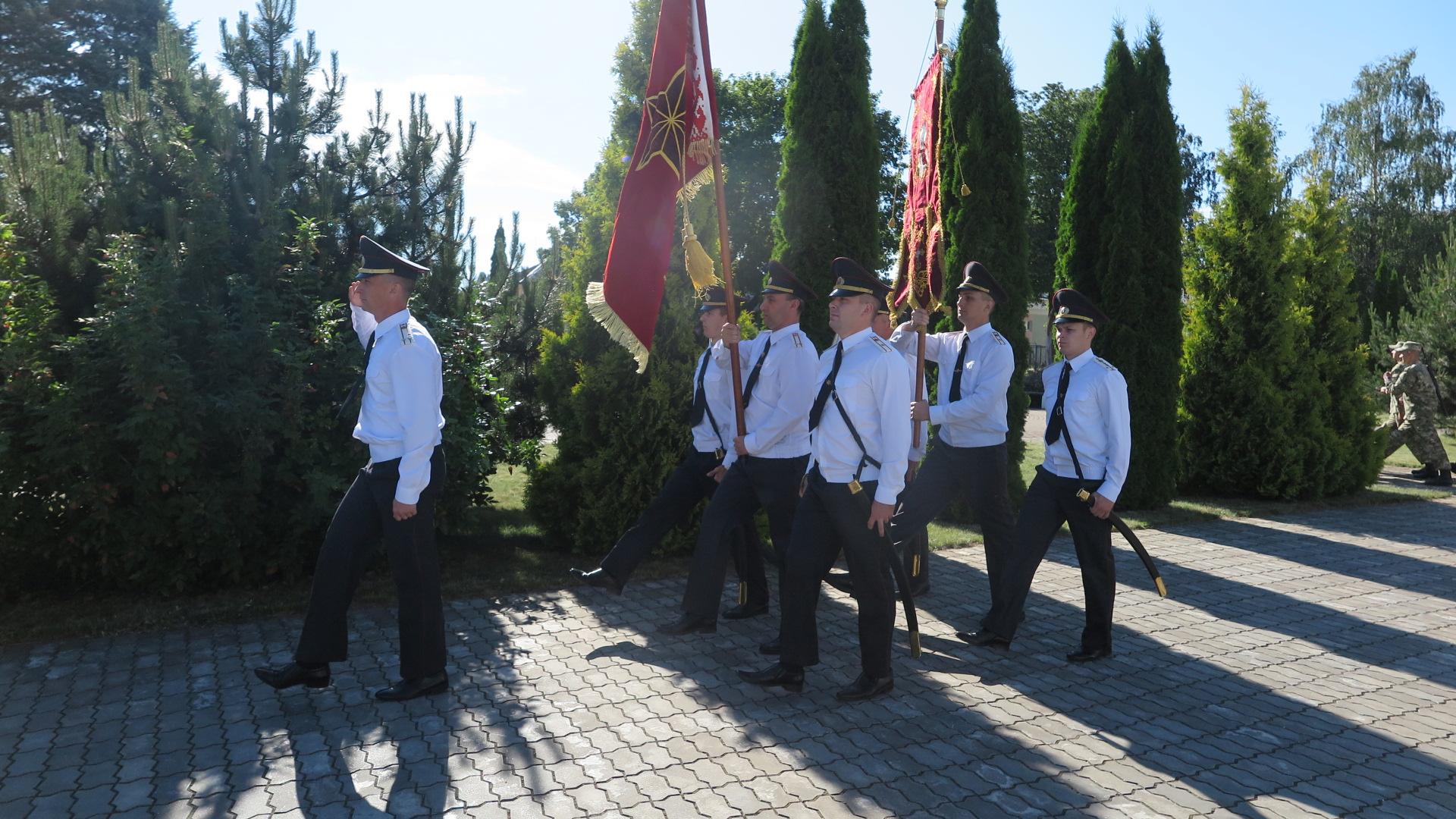 Вынос боевого знамени и хоругви бригады под звуки оркестра. Фото: Диана КОСЯКИНА