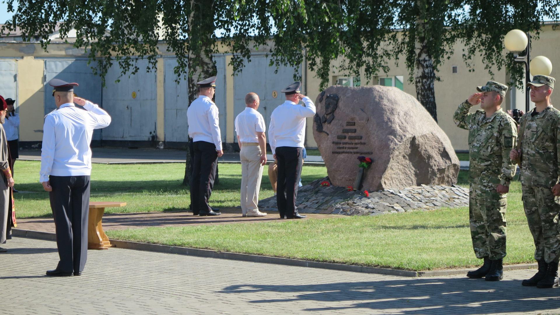 Возложение цветов приглашенными гостями к памятному знаку рядовому Сергею Свентецкому, служившему в военной части 7404 и погибшему в схватке с преступниками. Фото: Диана КОСЯКИНА