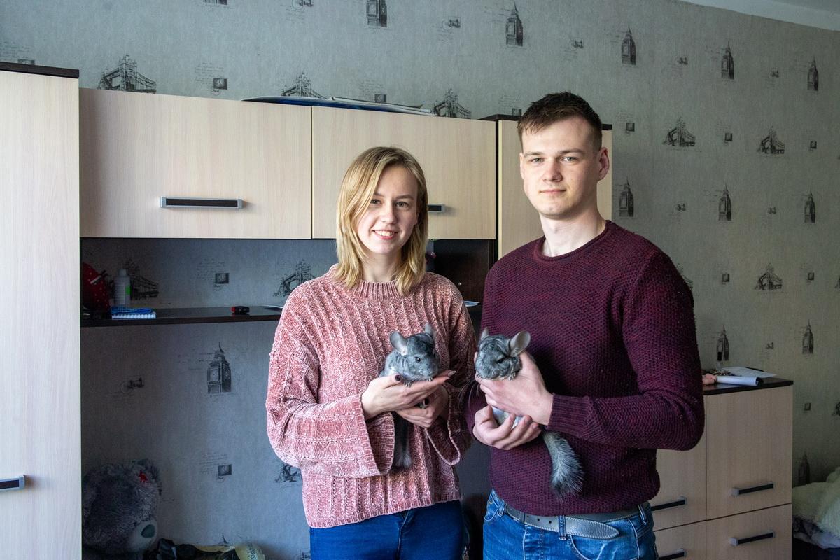 Диана Кеник со своим другом и шиншиллами Виски и Колой. Фото: Андрей БОЛКО