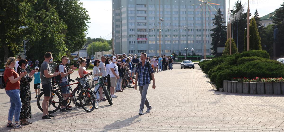 В Барановичах люди выстроились в цепь солидарности с задержанными претендентами в кандидаты в президенты. Видео
