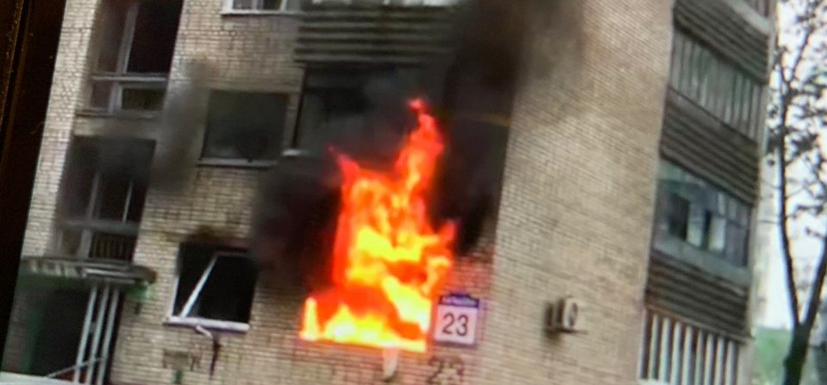 В Минске после вспышки газа открытым пламенем горела квартира, позже сотрудники МЧС обнаружили на плите самогонный аппарат
