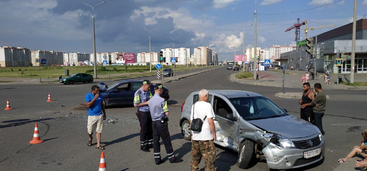 В Боровках в Барановичах столкнулись два автомобиля. Фотофакт
