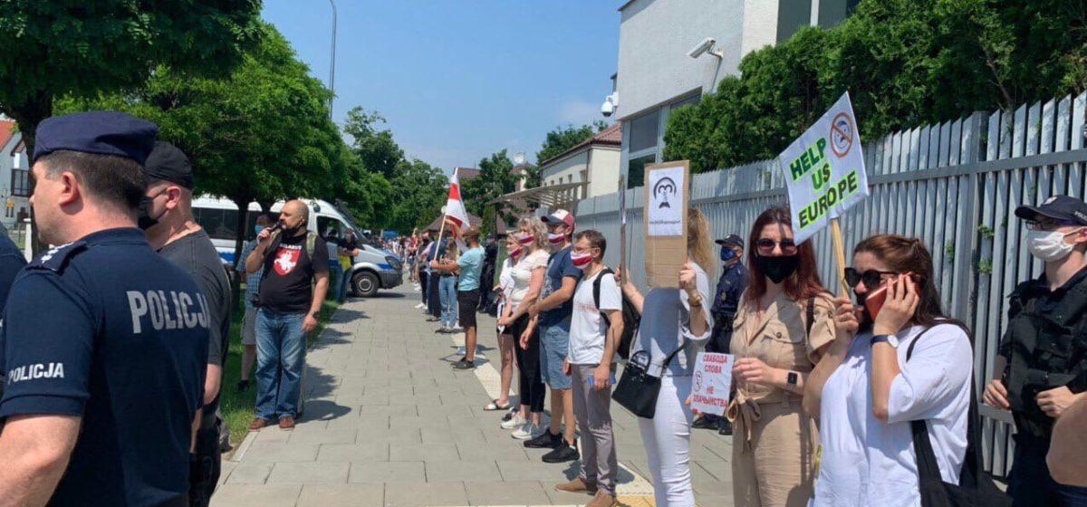 Несколько сотен человек приняли участие в акции солидарности с политзаключенными в Варшаве. Фото, видео