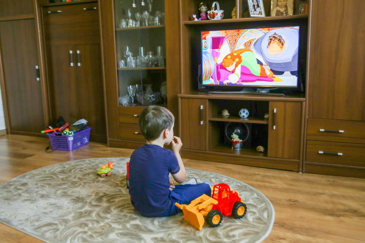 По мнению психологов, ребенок не должен смотреть мультфильмы в одиночку, а только вместе с родителями.  Фото: Андрей БОЛКО