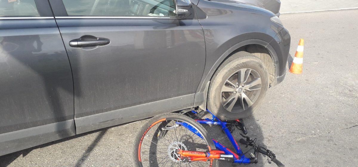 В Барановичах легковой автомобиль сбил ребенка. Фотофакт
