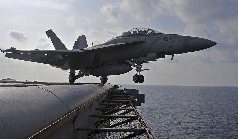 Американский палубный истребитель рухнул в море