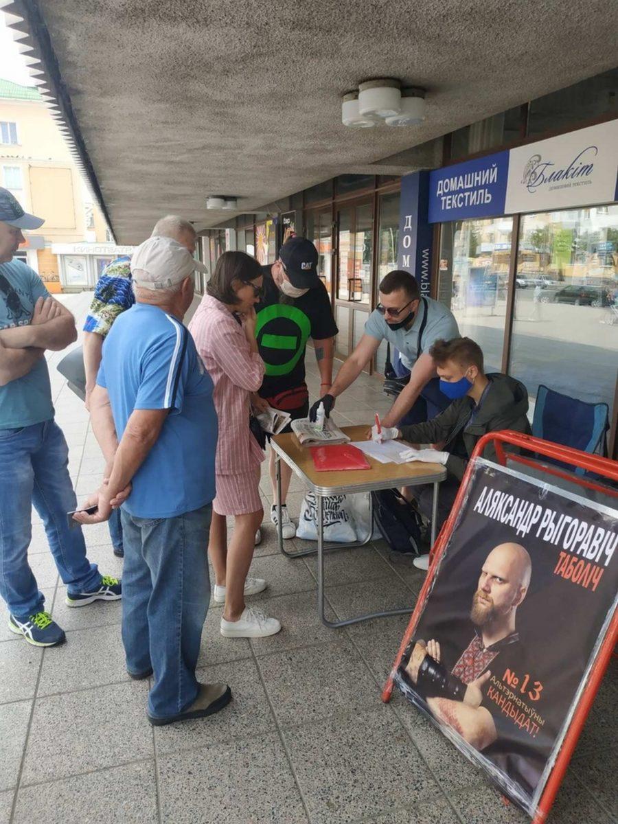 Пикет по сбору подписей за выдвижение Александра Таболича претендентом в кандидаты в президенты. Фото: инициативная группа Александра ТАБОЛИЧА
