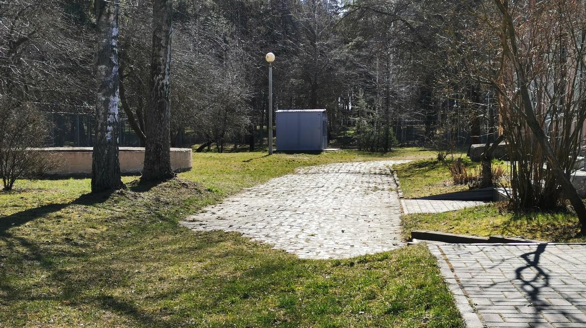 Дорожка у здания радиостанции. Фото: Виктор БОРИСЕВИЧ